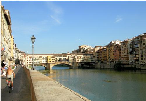Vista del lungarno di Firenze con Ponte Vecchio
