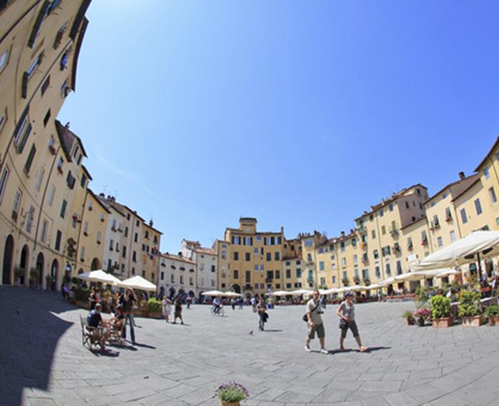 Vista di piazza dell anfiteatro di Lucca.