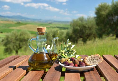 olio olive e pane su un tavolo in giardino