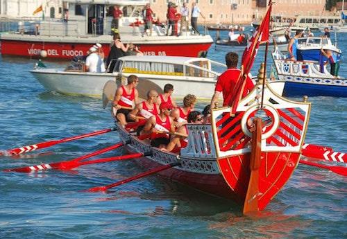 Imbarcazione nella regata di San Ranieri a Pisa